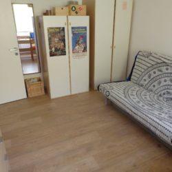 Camera arredata con divano letto due piazze