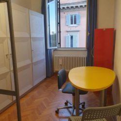 Camera, vista scrivania armadio e libreria